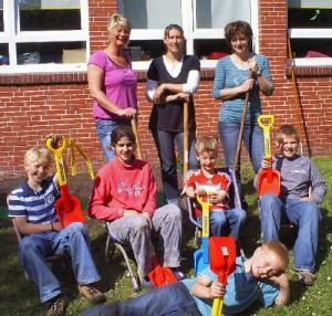 Frau Einemann, Frau Heinks und Frau Reents nach dem Probeschaufeln mit Andre, Medina, Timo, Tammo und Jens